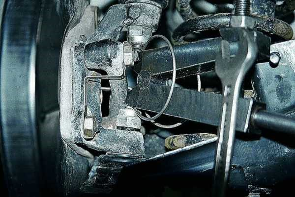 How to remove the car front suspension arm